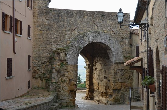 the etruscan arch picture of volterra walking tour volterra