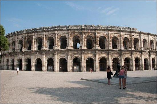 die gut erhaltene und besucheneswerte arena von nimes